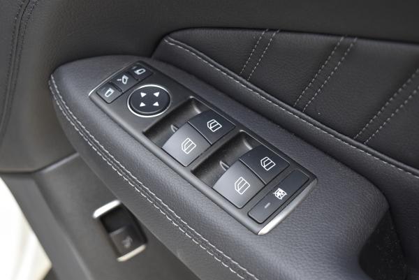 ベンツGLE350dスポーツの運転席ドアスイッチベース