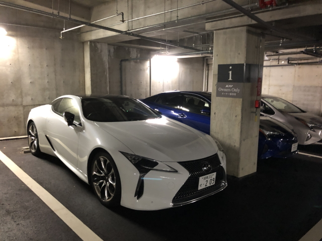 箱根離宮の駐車場に停まるレクサスLC500