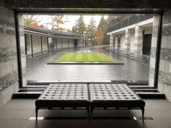 エクシブ軽井沢ムセオのロビーから見る中庭
