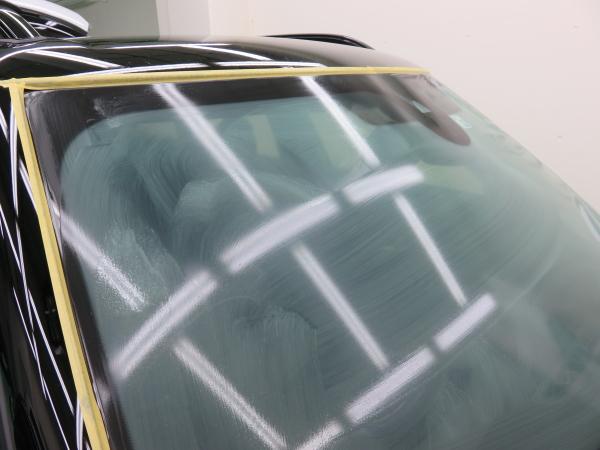 ミニのコーティング 窓撥水の作業中