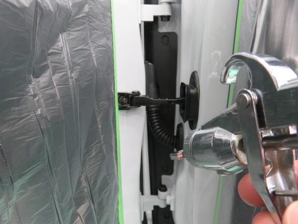 ミニのコーティング 実際のコーティングを噴射している施工作業