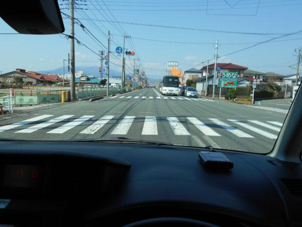ルーミーの運転席から見た道路