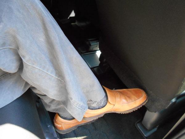 ルーミーの運転席側レックスペース最大で足組み