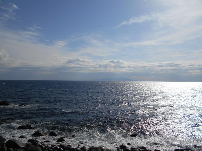 伊豆大島の姿がうっすらと・・・