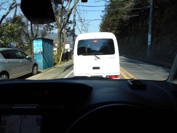ルーミーの運転席越しに見る前車