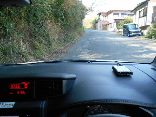 ルーミーの運転席からのぞむ狭い路地