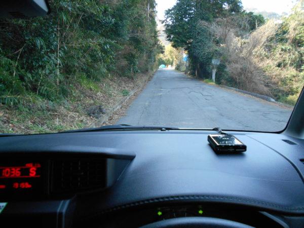 ルーミーの運転席からのぞむ悪路