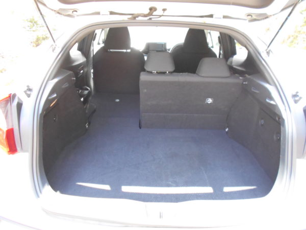 C-HRのリアシートを片側折り畳んだ状態の荷室