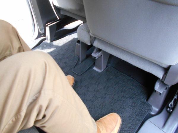 N-BOXの運転席側後席レッグスペース最大