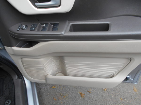 N-BOXの前席ドアの収納