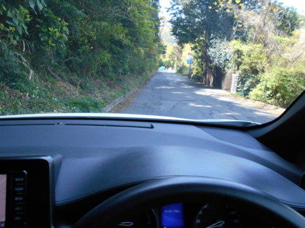 C-HRで舗装の荒れた道路を走行