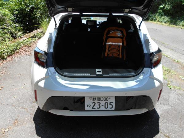 カローラスポーツの荷室に荷物を積載