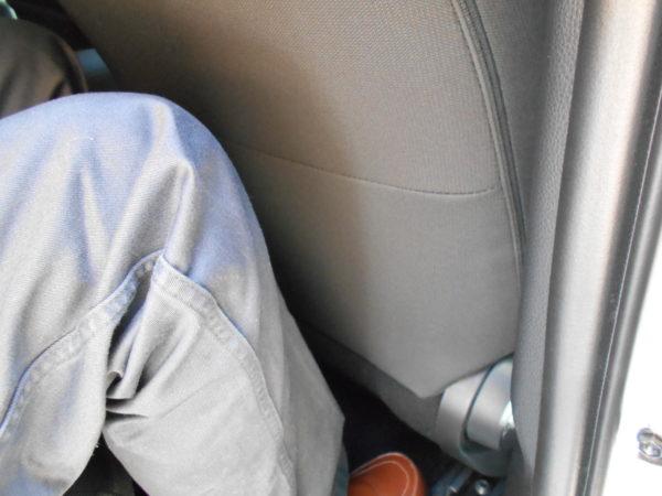 カローラスポーツの運転席側後席のニースペース
