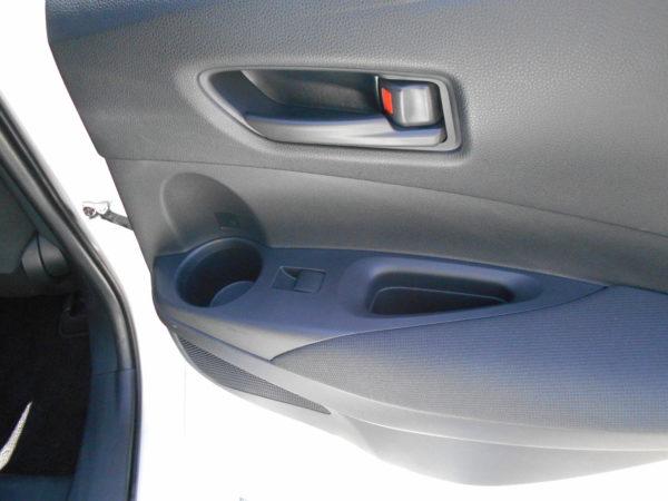 カローラスポーツの後席用右側ドアポケット