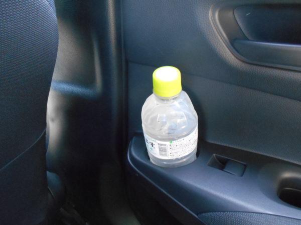 カローラスポーツの後席用ボトルホルダー