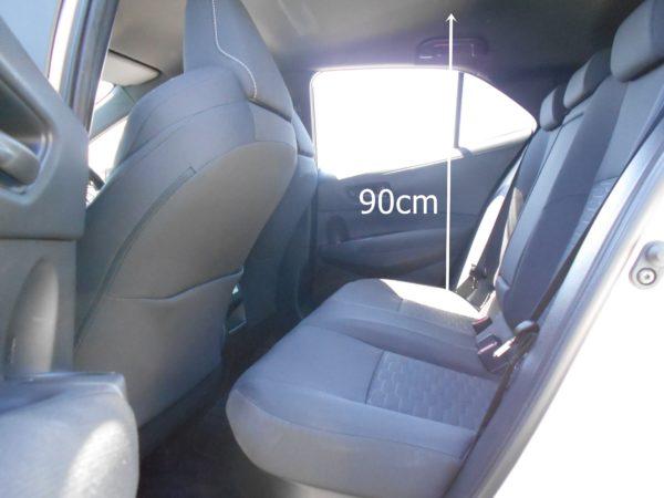 カローラスポーツの後席の座面から天井までの寸法