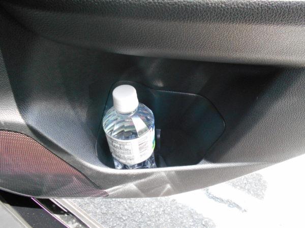 レヴォーグの後席用ボトルホルダー右側