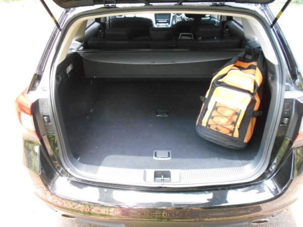 レヴォーグの荷室に荷物を積載