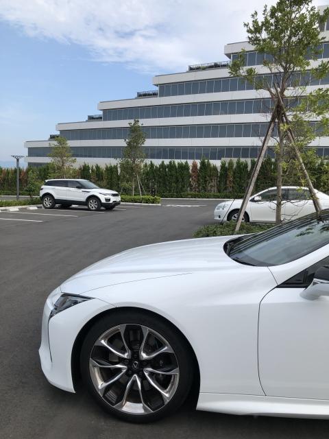 ラグーナベイコートの駐車場とレクサスLC500